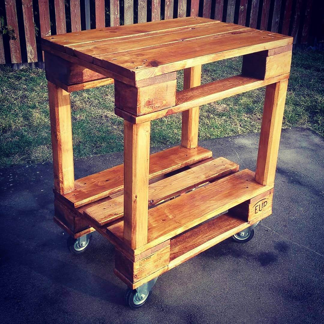 Amazing rolling outdoor wooden pallet table