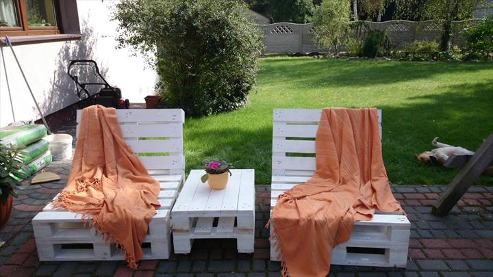 Pallet Loungers for Your Outdoors