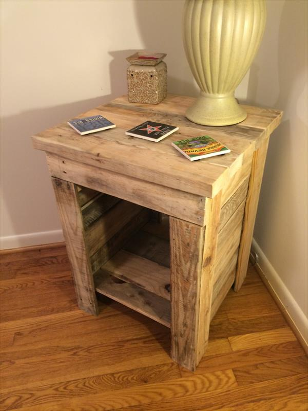 Use wooden pallets to build a side sofa
